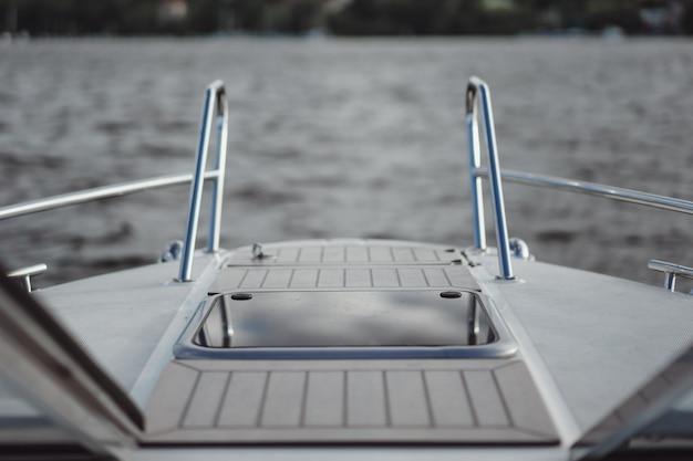 Dettagli dello yacht, ponte, riflesso del cielo.