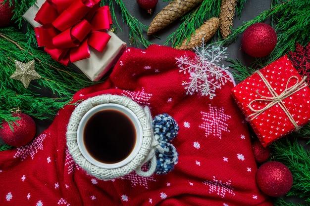 Dettagli di mani femminili con una tazza di caffè decorazioni natalizie