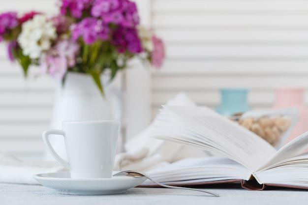Dettagli di natura morta, tazza di tè sul retro vassoio di legno d'annata su un tavolino da salotto in salone
