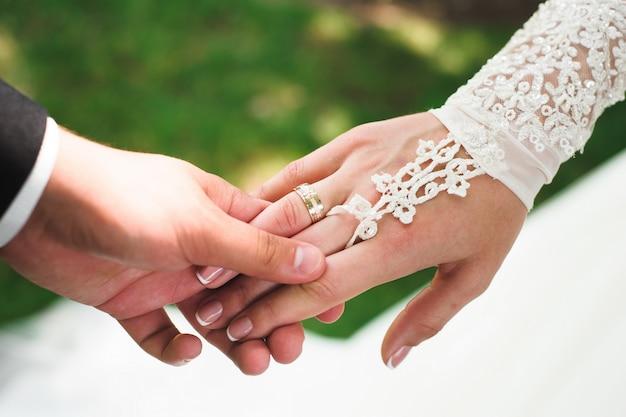 Dettagli di nozze bella sposa come sfondo, mano nella mano