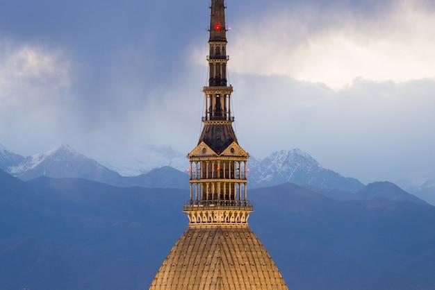 Dettagli di torino (torino, italia) architettura al crepuscolo