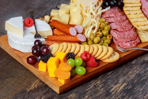 Dettagli di un gustoso con formaggio, bacche, fichi, noci, frutta e olive