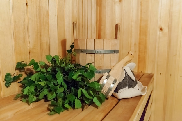 Dettagli interni sauna finlandese bagno turco con accessori per sauna tradizionali bacino betulla scopa paletta cappello di feltro