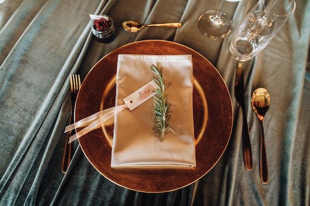 Dettagli su un tavolo di nozze che serve