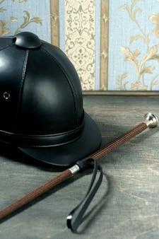 Dettaglio ancora cappello equestre in pelle nera