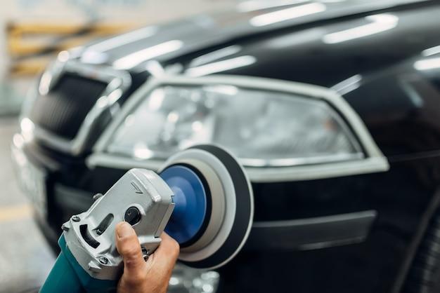 Dettaglio dei fari delle auto con lucidatrice