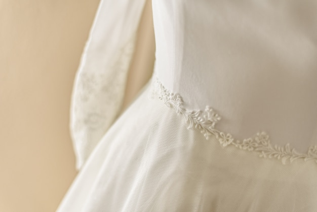 Dettaglio del bellissimo abito da sposa, primo giorno di san valentino.