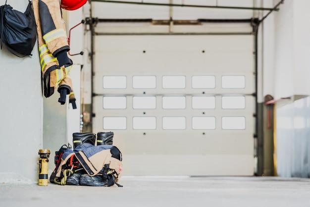 Dettaglio del materiale di lavoro dei pompieri pronto per un'emergenza.