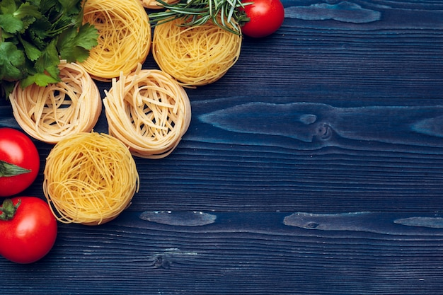 Dettaglio del primo piano di vista superiore del fondo italiano della pasta di tagliatelle