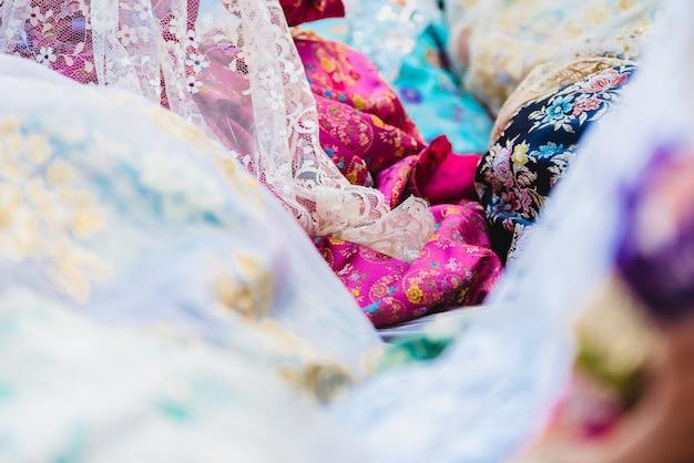 Dettaglio del tradizionale vestito spagnolo valenciano fallera, tessuti colorati con ricami intricati.