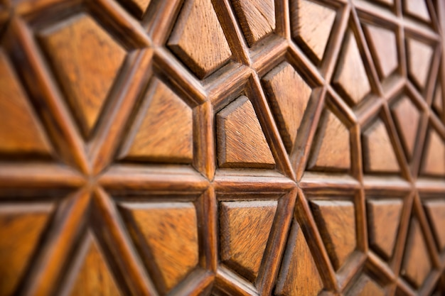 Dettaglio dell'ornamento di scultura in legno tradizionale dalla moschea suleymaniye a istanbul, turchia