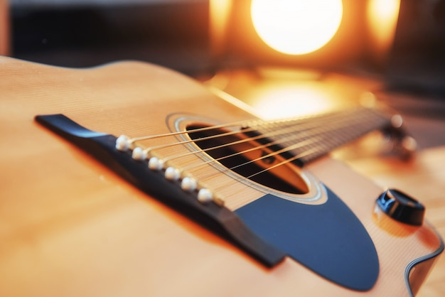 Dettaglio della chitarra classica con profondità di campo