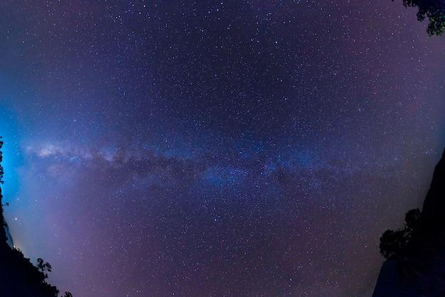 Dettaglio della galassia della via lattea con stelle e polvere spaziale nell'universo