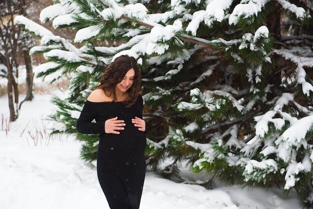 Dettaglio della pancia della donna incinta irriconoscibile in inverno.