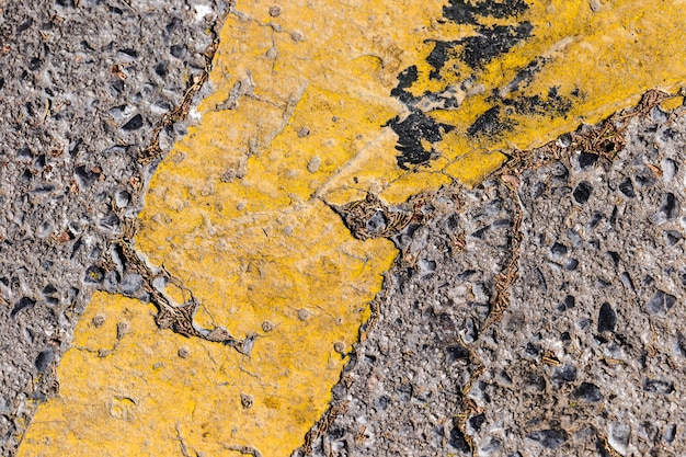 Dettaglio della strada con linea gialla