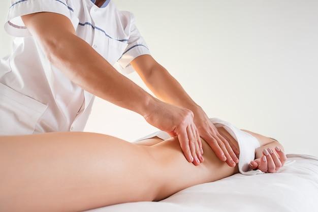 Dettaglio delle mani che massaggiano i muscoli