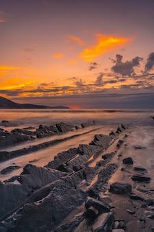 Dettaglio delle pietre segate sulla spiaggia di sakoneta e il suo bellissimo flysch nella città di deba, all'estremità occidentale della costa basca geopark, guipúzcoa. paesi baschi