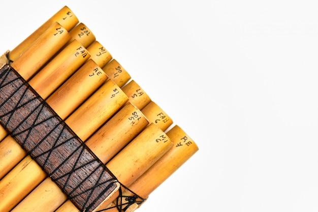 Dettaglio dello strumento a fiato andino flauto di pan su sfondo bianco