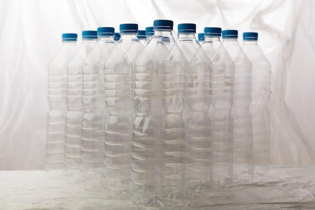 Dettaglio di bottiglie di plastica per il riciclaggio.