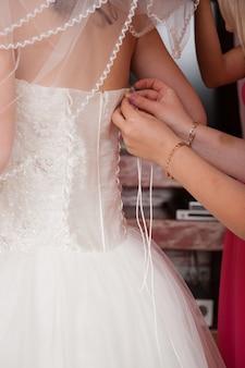 Dettaglio di fissaggio dell'abito da sposa