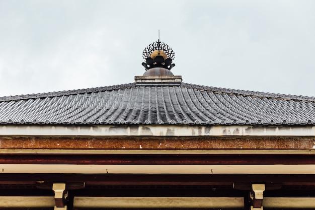 Dettaglio di legno del tetto del tempio giapponese di indosan nippon a bodh gaya, bihar, india.