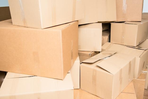 Dettaglio di molte scatole di cartone piene di articoli per la casa durante un trasloco.