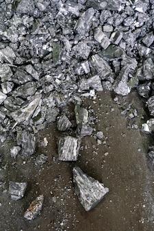 Dettaglio di molti pezzi di materiale metallico di fonderia accatastati insieme. industria siderurgica