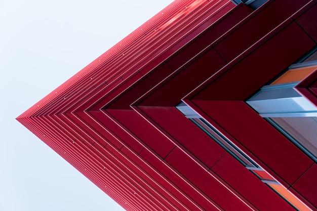 Dettaglio di un rosso grattacieli nel cielo