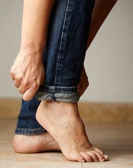 Dettaglio jeans vestito da una modella