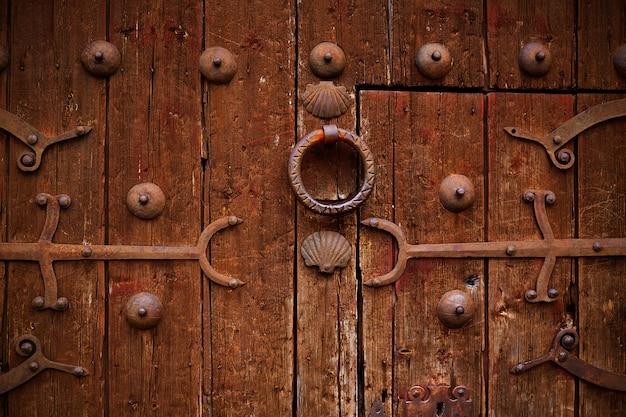 Dettaglio zamora della vecchia porta di legno invecchiato in spagna