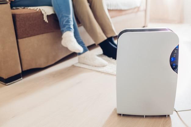 Deumidificatore con touch panel, indicatore di umidità, lampada uv, ionizzatore d'aria, contenitore dell'acqua funziona in appartamento. avvicinamento