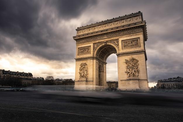 Di fama mondiale arc de triomphe al centro della città di parigi, francia.