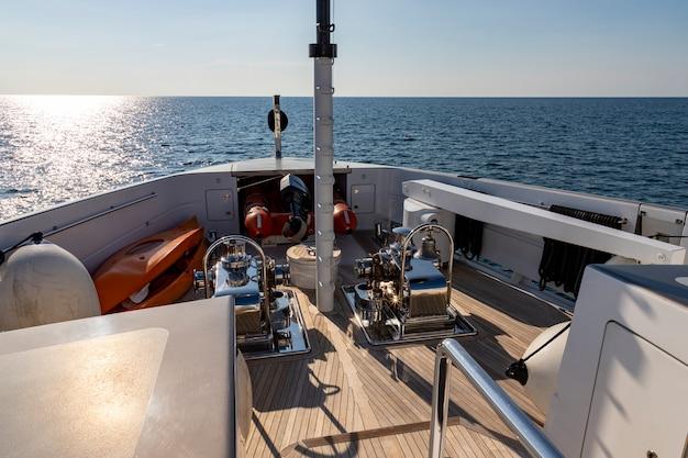 Di fronte alla nave da crociera dirigendosi verso il mare nella giornata di sole