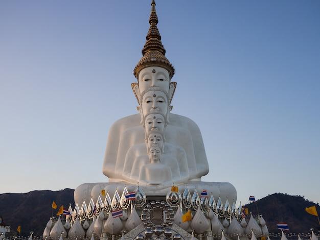 Di fronte alla statua di buddha nel tempio di phasornkaew