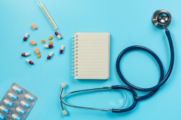 Di medicina, forniture mediche collocati con strumenti medico su un blu.