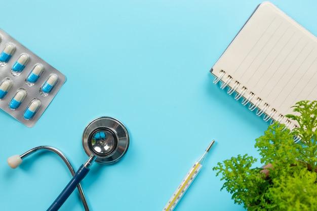 Di medicine, forniture mediche poste su un blu.