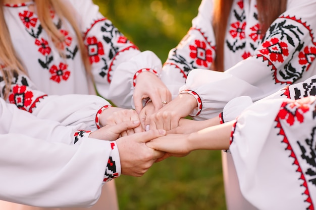 Di mezza estate. un gruppo di giovani di aspetto slavo alla celebrazione di mezza estate.