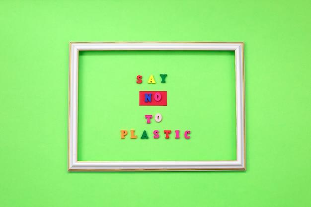 Dì no alla plastica sulle lettere di legno sul verde