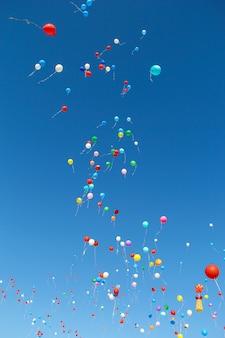 Di nuovo a scuola. 1 settembre. celebrazione di un nuovo anno scolastico in russia. luminosi baloons nel cielo.