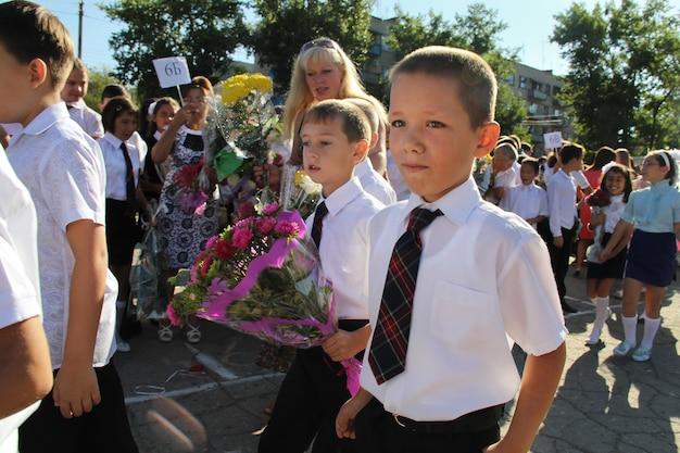 Di nuovo a scuola. 1 settembre. celebrazione di un nuovo anno scolastico in russia. studenti.
