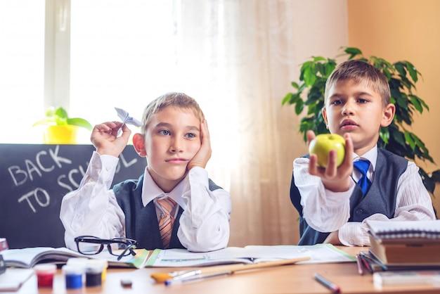 Di nuovo a scuola. bambini seduti alla scrivania in classe.