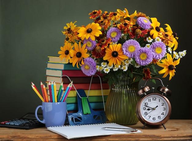 Di nuovo a scuola. il primo di settembre, il giorno della conoscenza, il giorno dell'insegnante. natura morta con bouquet autunnale