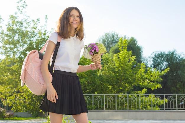 Di nuovo a scuola. ritratto all'aperto dell'adolescente felice