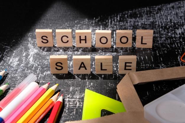 Di nuovo a scuola. vendita della scuola con ombra alla moda sulla lavagna