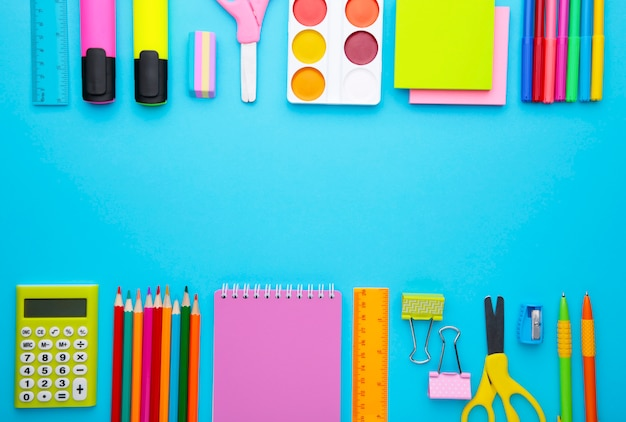 Di nuovo al concetto della scuola su fondo blu con lo spazio della copia. concetto di educazione