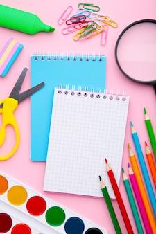 Di nuovo al concetto della scuola su fondo rosa con lo spazio della copia