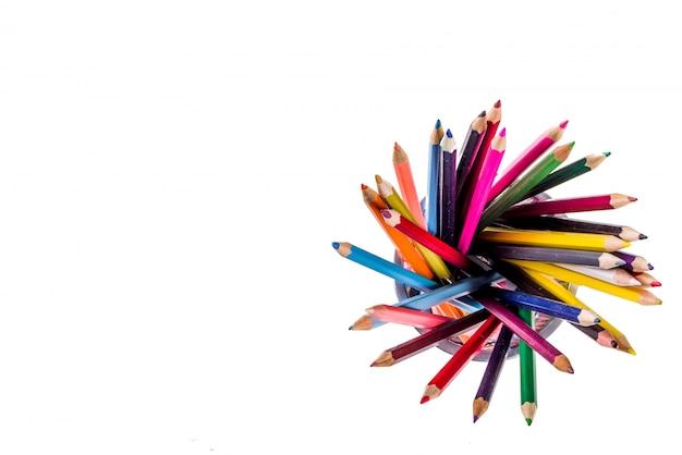 Di nuovo alle matite di colore di concetto della scuola isolate su fondo bianco