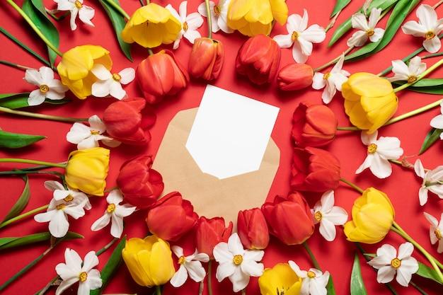 Di trasportatore artigianale con cartolina bianca su rosso