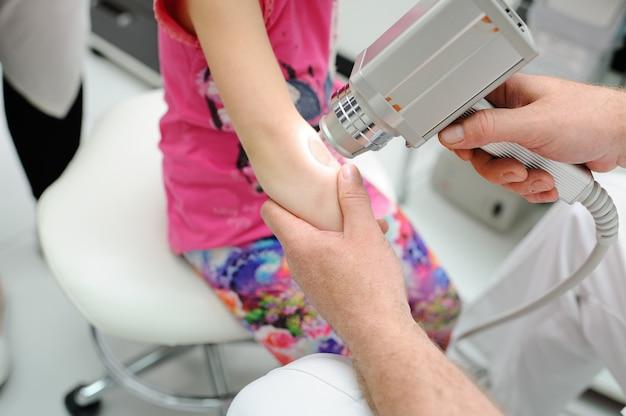 Diagnosi di melanoma il dottore esamina la talpa del paziente