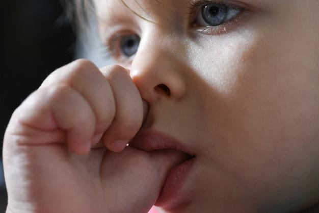 Diagnosi medica il bambino succhia un dito